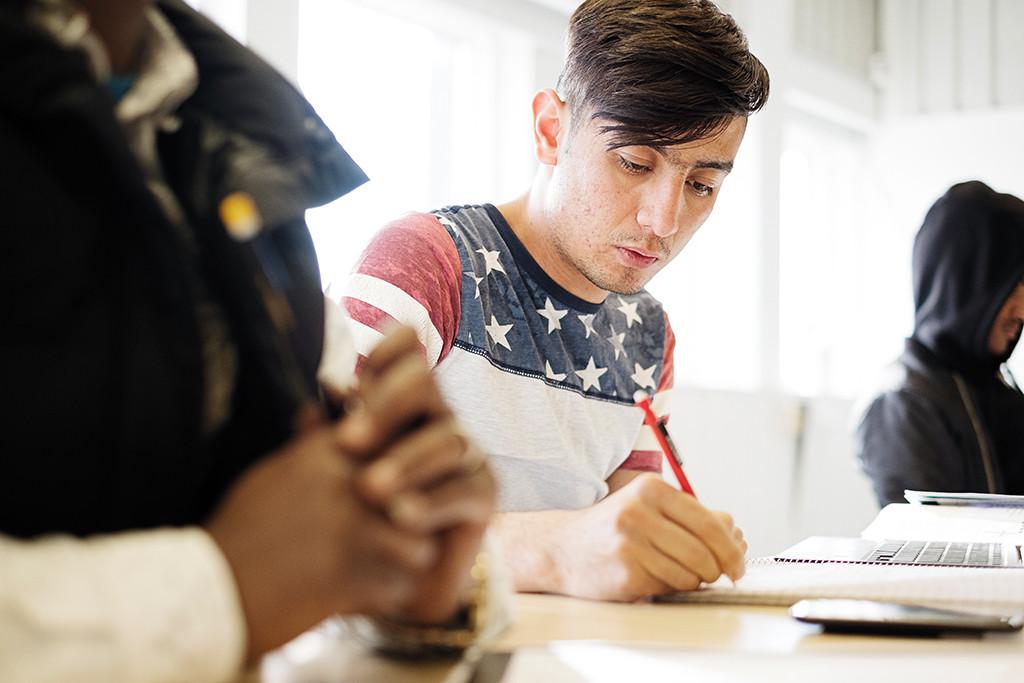 """""""Jag måste lära mig svenska. För att jag bor här, jag måste lära mig språket och traditioner. Jag vill bli läkare. Jag gillar det."""" Mohammad Hussein Alizadeh, 18 år, från Iran med afghanska föräldrar. Foto: Erik Abel"""