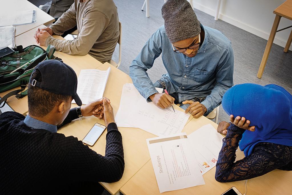 """""""Lärarna slår elever i mitt hemland. Det är en diktatur, ingen respekterar varandra. Sverige är en demokrati. Läraren är bra. Hon presenterar lektionen och undrar sen om vi har frågor."""" Bashir Cadani Isaak, 18 år, från Etiopien. Foto: Erik Abel"""